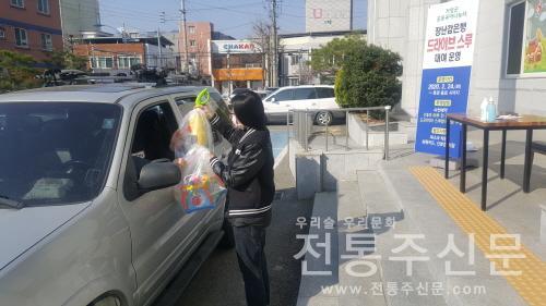 '드라이브 스루'로 장난감 대여 서비스 시행.jpg